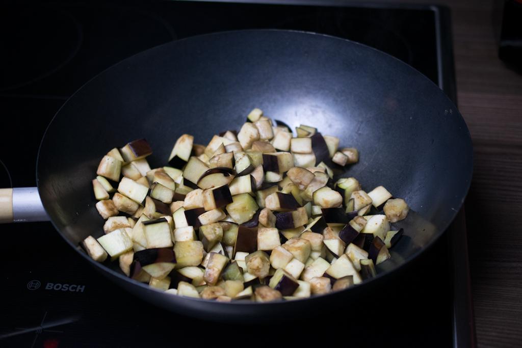 Auberginen anbraten. Im Anschluss Zwiebeln dazu geben und andünsten bis sie glasig sind.